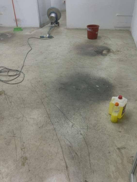Pisos cemento completamente sucios con ceras y percudidos