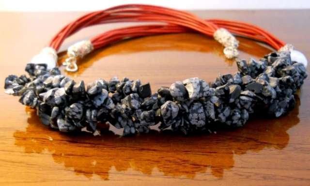 Collar de obsidiana nevada con plata